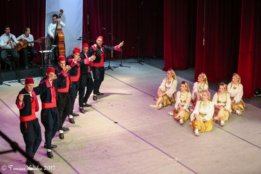 Występ zespołu zagranicznego folklorystycznego, na scenie tancerze, w tle grupa muzyków
