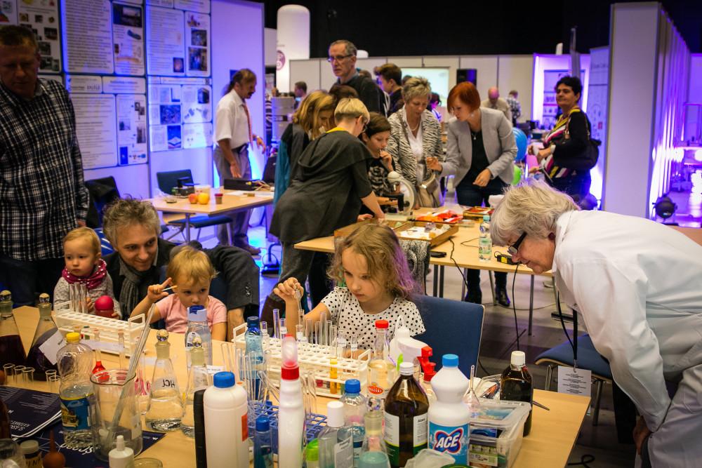 Dzieci przy stołach laboratoryjnych