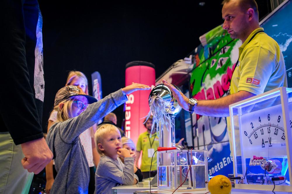 Najmłodsi uczestnicy festiwalu podczas sprawdzania sposobów elektryzowania ciał