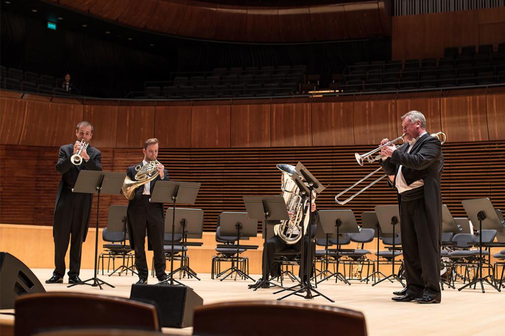 Muzycy na scenie, instrumenty dęte  blaszane