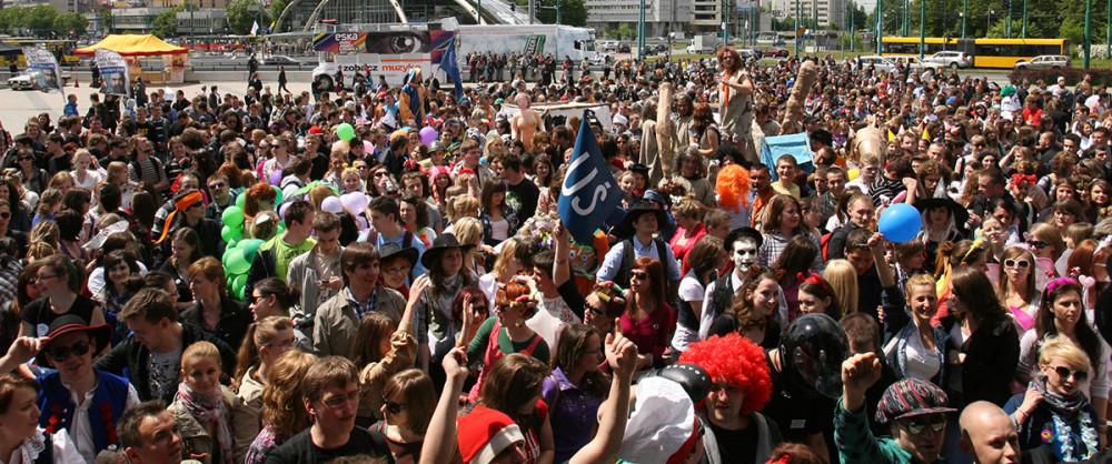 Liczna grupa studentów, uczestników Juwenaliów Studenckich